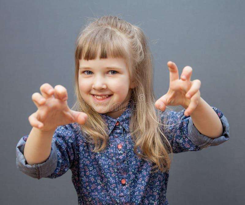 Le att spela för liten flicka arkivbild