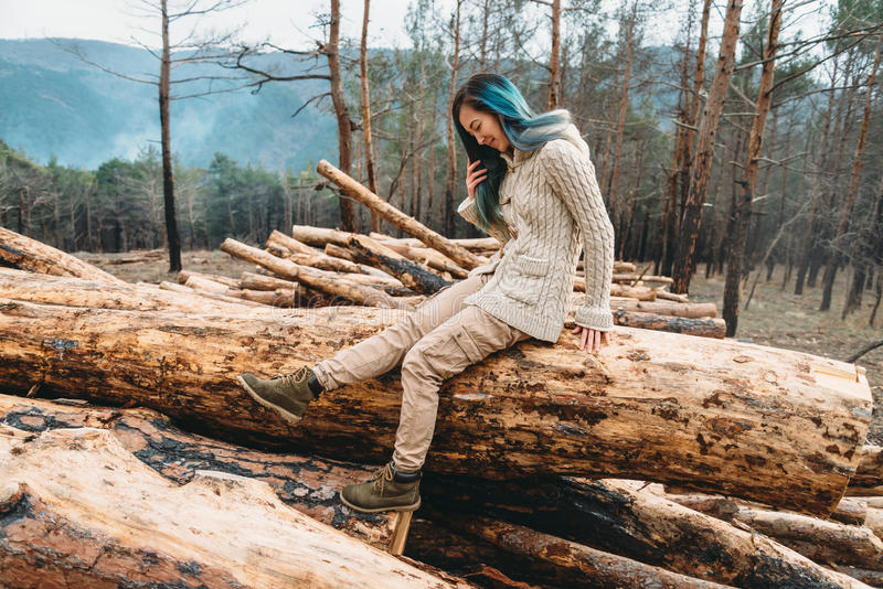 Le att vila för flicka som är utomhus- fotografering för bildbyråer