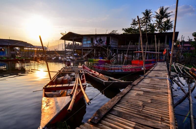 Le attività dei pescatori nel bordo del lago fotografia stock libera da diritti
