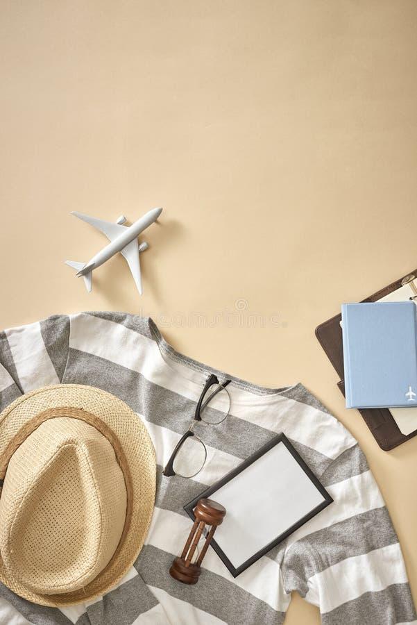 Le attrezzature casuali degli uomini con gli accessori per il viaggio durante la vacanza fotografia stock