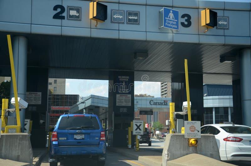 Le automobili aspettano per attraversare il confine in Windsor, Canada fotografia stock