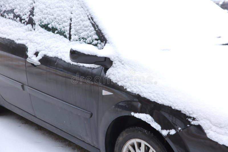 Le automobili che stanno all'aperto nell'inverno sono esposte solitamente alle condizioni atmosferiche gelide ed inoltre, durante fotografia stock