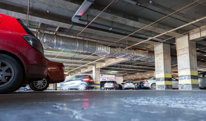 Le automobili differenti hanno parcheggiato al centro commerciale dell'aurora del parcheggio immagini stock libere da diritti