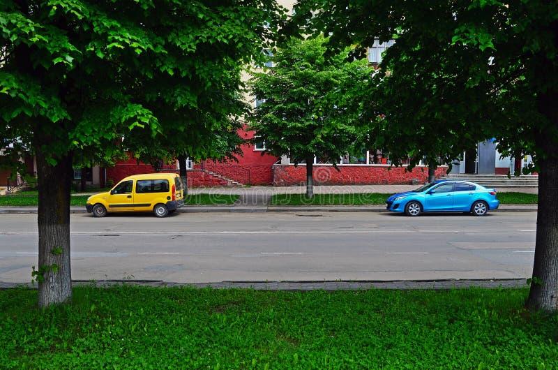Le automobili gialle e blu sono parcheggiate fotografia stock libera da diritti