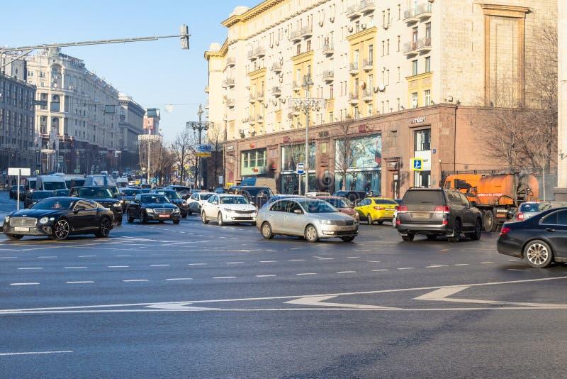Le automobili guidano dalla via di Tverskaya a Okhotny Ryad fotografie stock