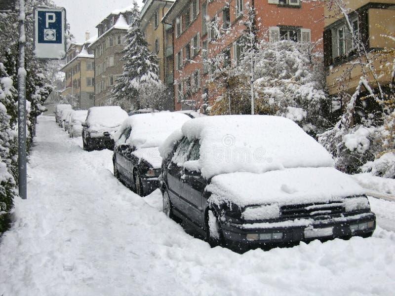 Le automobili hanno parcheggiato sulla via fotografie stock libere da diritti