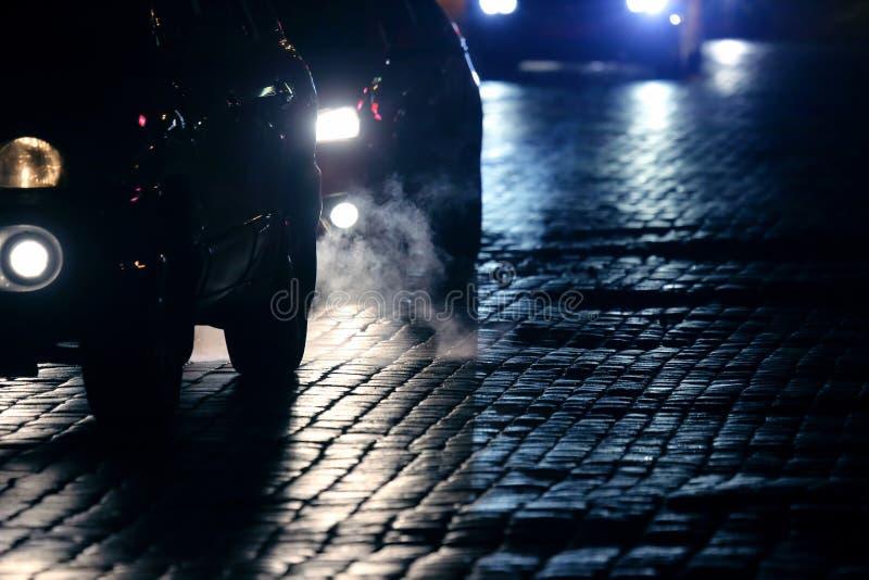 Le automobili leggere vanno alla notte sulla pavimentazione fotografie stock libere da diritti