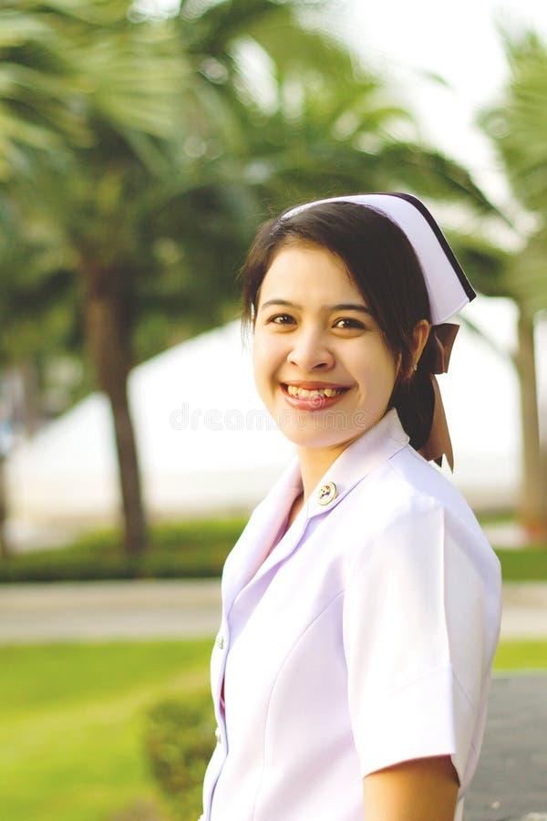 Le av den thailändska sjuksköterskan royaltyfri fotografi