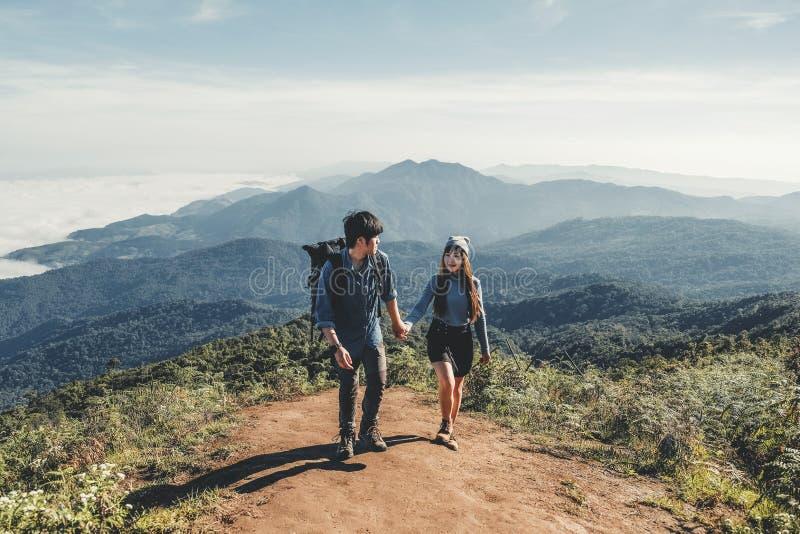 Le avventure coppia la traccia che fa un'escursione nella foresta immagini stock libere da diritti