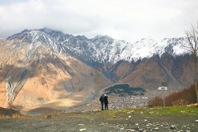 Le bâti Kazbek est l'une des montagnes principales du Caucase situé sur le secteur de Kazbegi dans la Géorgie photo libre de droits