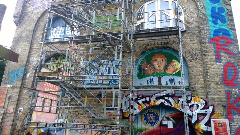 Le bâtiment à l'entrée à la ville gratuite Christiania à Copenhague a peint le nombreux graffiti photo stock