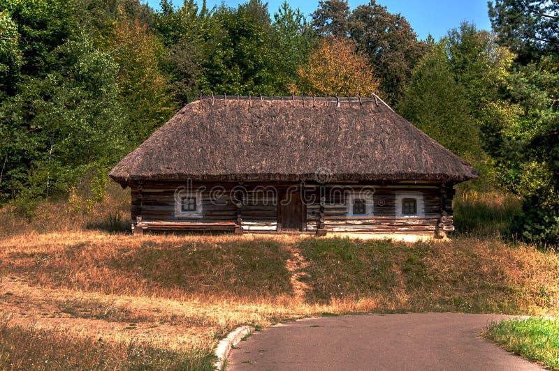 Le bâtiment antique du hangar dans le jardin photographie stock