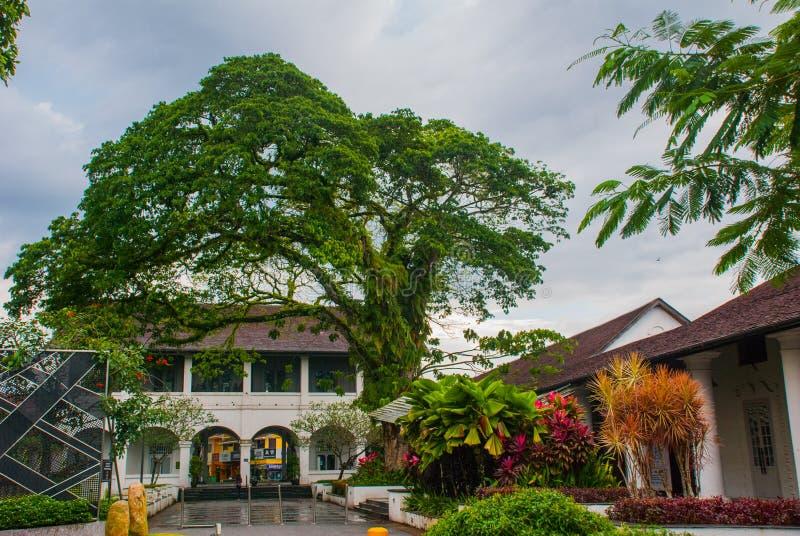 Le bâtiment avec trois voûtes pour l'entrée Kuching sarawak borneo malaysia image libre de droits