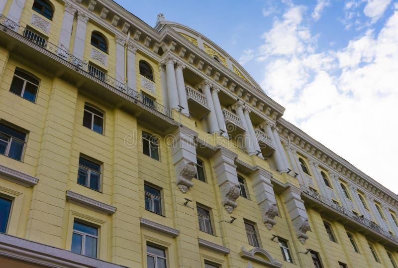 Le bâtiment baroque est peint jaune photo libre de droits