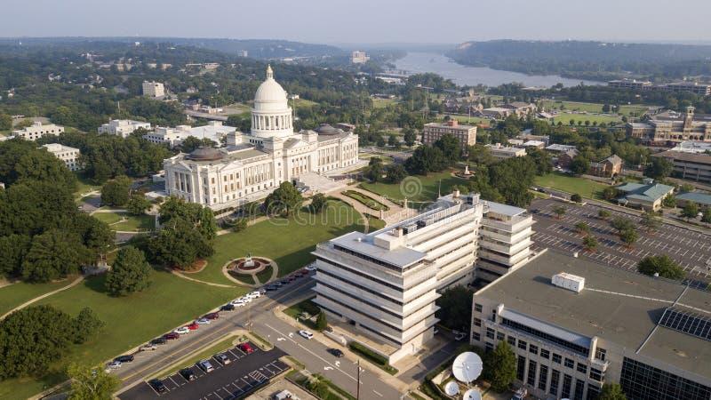 Le bâtiment de capitol d'état de vue aérienne fond la rivière Arkansas Little Rock image stock