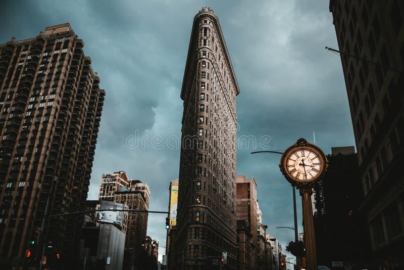Le bâtiment de fer à repasser à New York City a tiré d'un angle faible photographie stock libre de droits