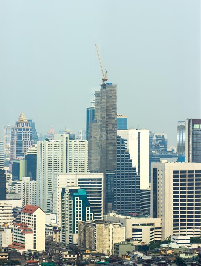 Le bâtiment de grue sur le gratte-ciel photos libres de droits