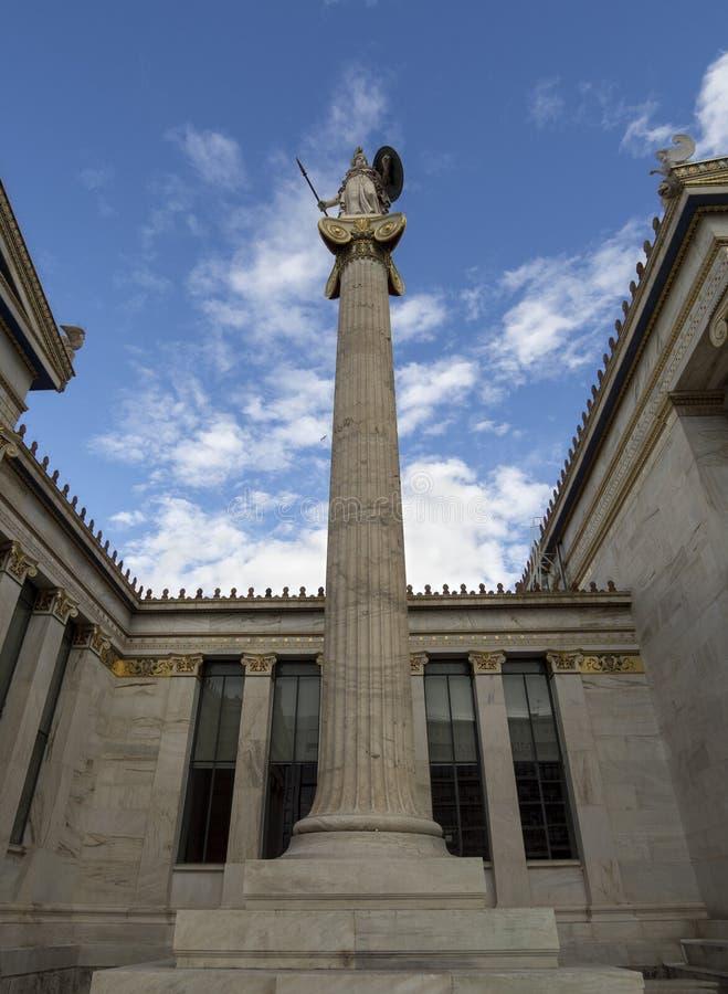 Le bâtiment de l'académie d'Athènes une colonne de marbre avec sculptures d'Apollo et d'Athéna, Socrates et Platon contre a avec image stock