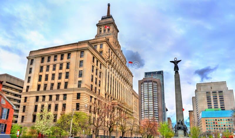 Le bâtiment de la vie de Canada et le mémorial de guerre sud-africain sur l'avenue d'université à Toronto, Canada photographie stock