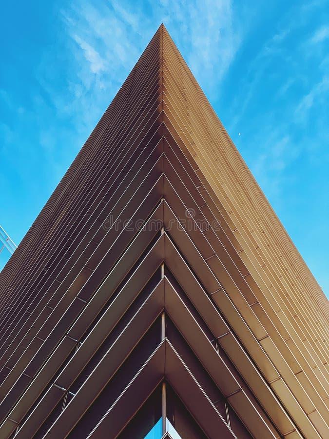Le bâtiment de triangle sur un ciel bleu photographie stock libre de droits