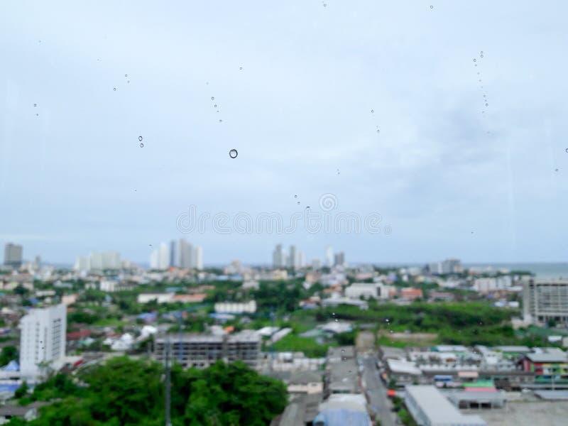 Le bâtiment de ville par la mer à Pattaya a brouillé le fond images stock