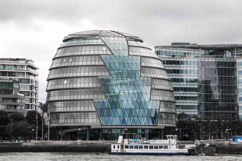 Le bâtiment du maire plus grand de Londres en verre imposant sur les banques de la Tamise image stock