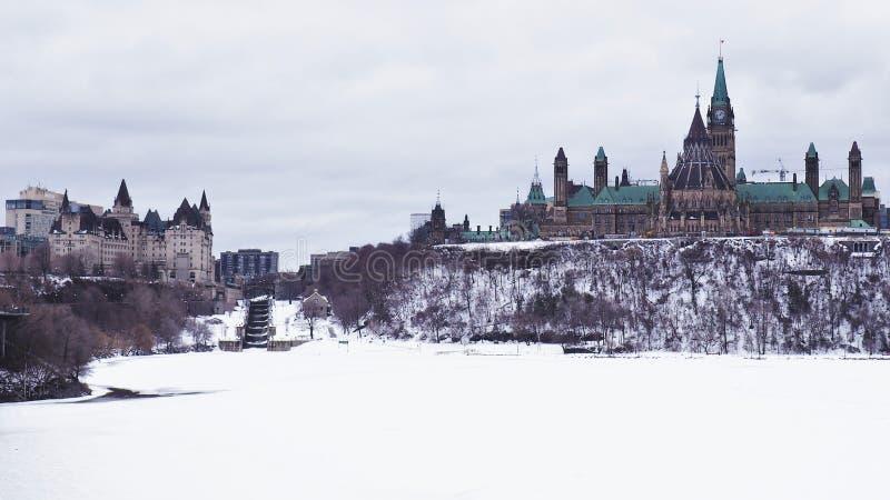 Le bâtiment du Parlement sur le Canada se tient grand sur la colline du Parlement un jour sombre gris images libres de droits