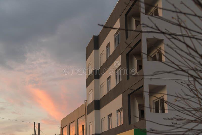Le bâtiment et l'iris 01 de voûte d'après-midi photo stock