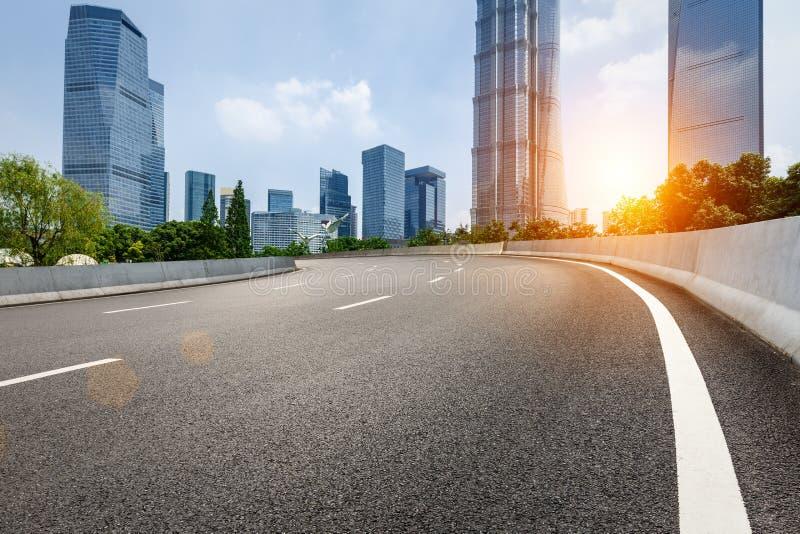 Le bâtiment et la route goudronnée commerciaux urbains modernes photo libre de droits