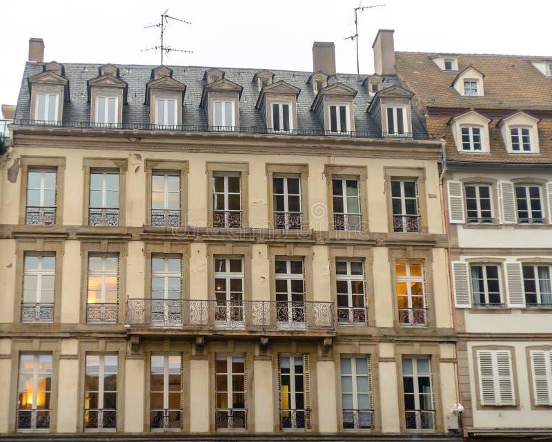 download le btiment franais de faade dans le style moderne avec des fentres et des balcons