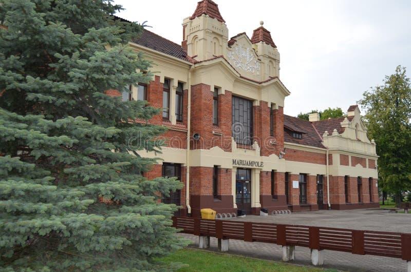 Le bâtiment historique de façade de la gare ferroviaire dans la ville de MarijampolÄ-, Lithuanie photos stock