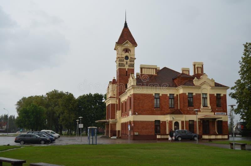 Le bâtiment historique de la gare ferroviaire dans la ville de MarijampolÄ-, Lithuanie photographie stock