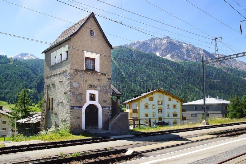Le bâtiment historique de station Zuoz, Suisse images stock