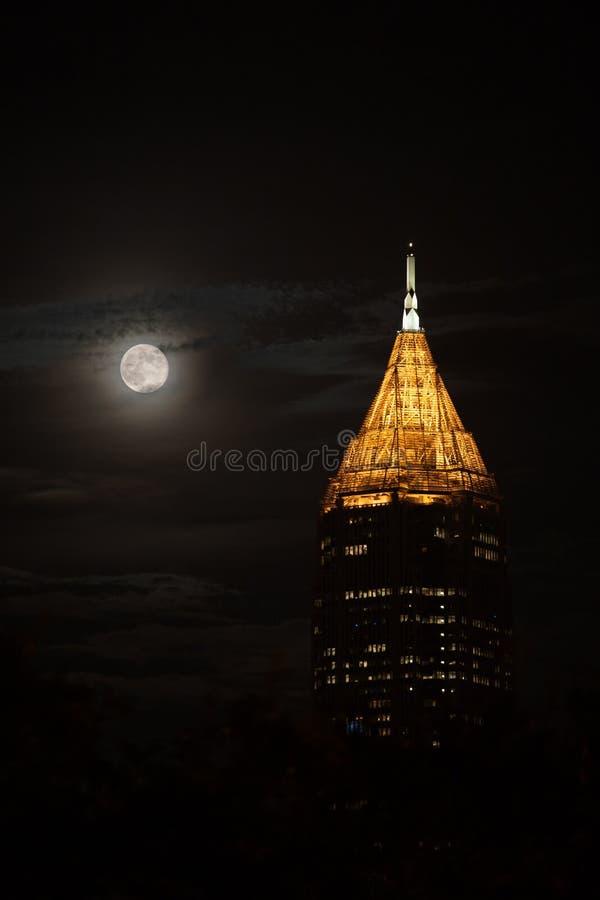 Le bâtiment le plus grand à Atlanta du centre pendant la nuit avec la pleine lune image stock