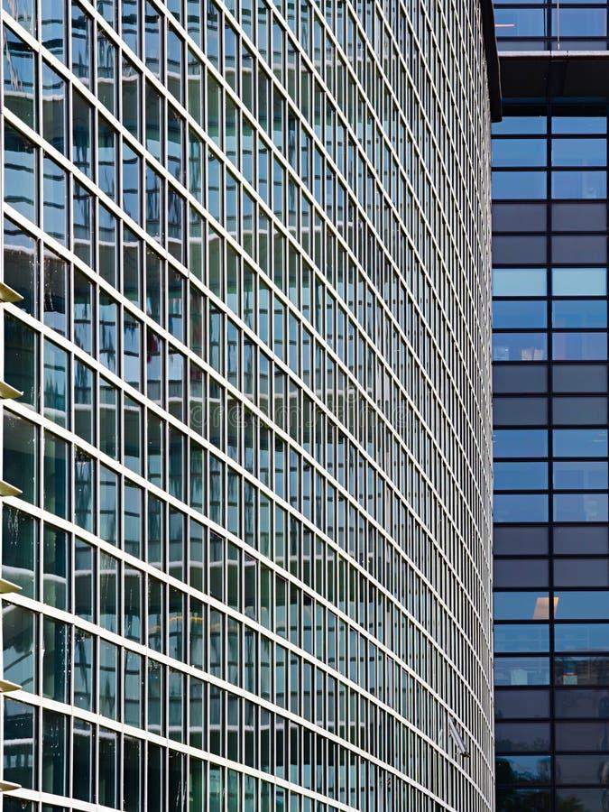Le bâtiment moderne du verre et de l'acier R?flexions dans une fa?ade en verre photo stock