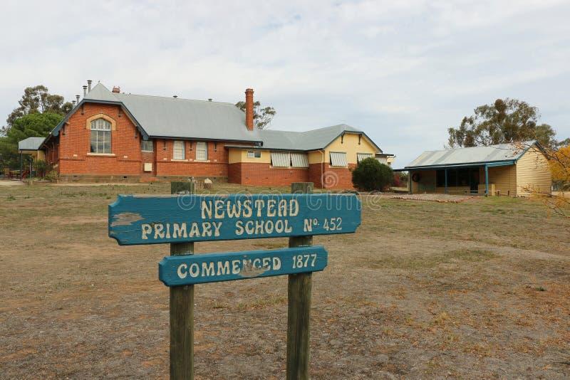 Le bâtiment original d'école primaire de Newstead (1877) se repose à côté d'un nouveau bâtiment spécifique d'art et de technologi images stock