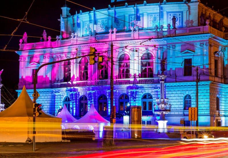 Le bâtiment philharmonique d'orchestre à Prague, République Tchèque la nuit photographie stock libre de droits