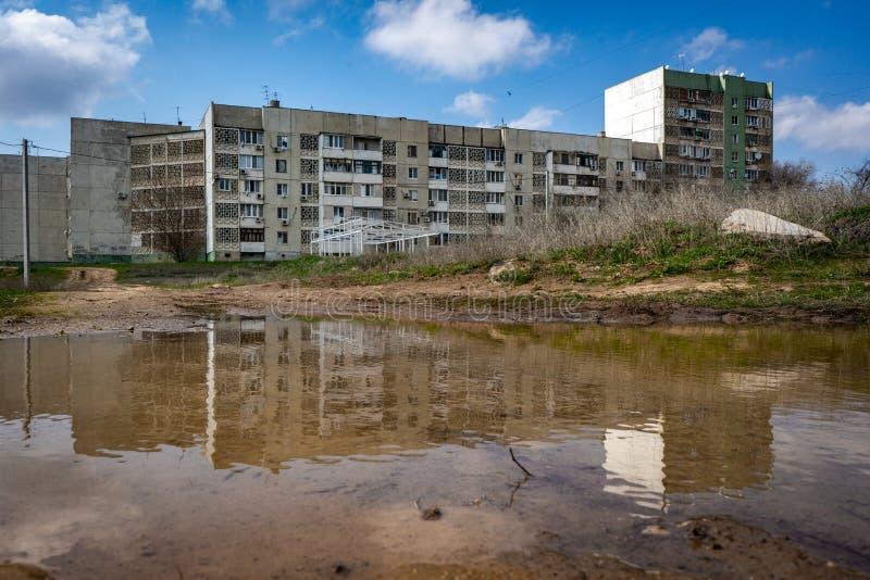 Le bâtiment résidentiel dans Elista est au printemps magma reflété Villes russes Courses en Russie images stock