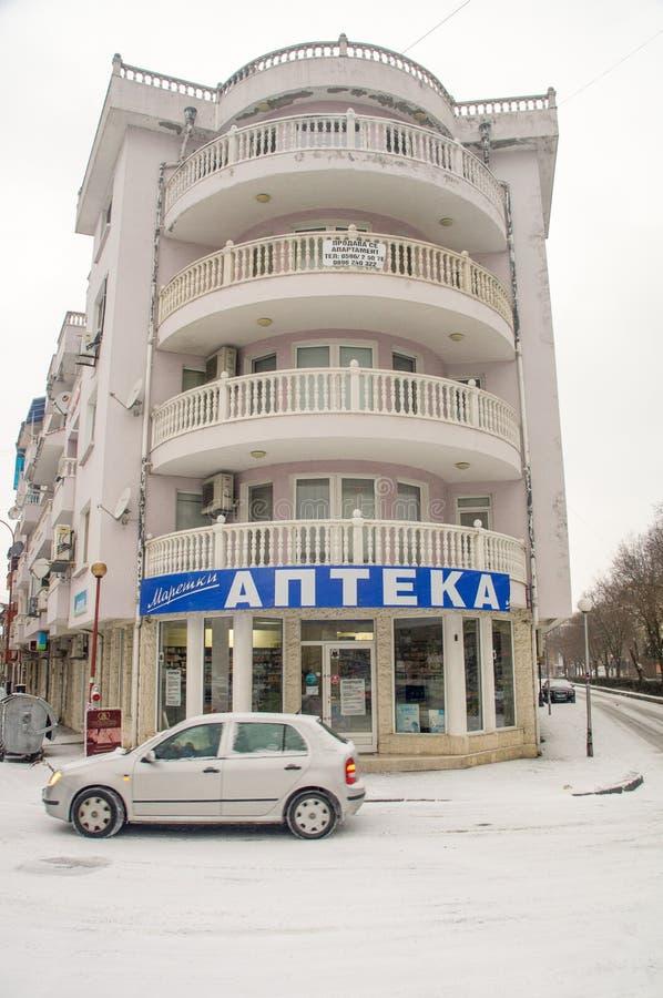 Le bâtiment rond à l'intersection de deux rues dans Pomorie, Bulgarie photos libres de droits