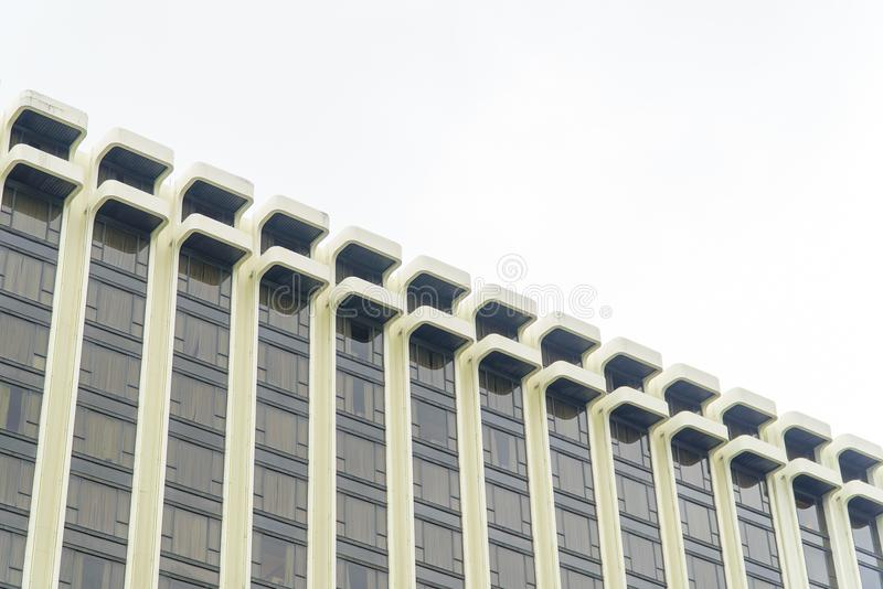 Le bâtiment se reflète avec le ciel bleu images stock
