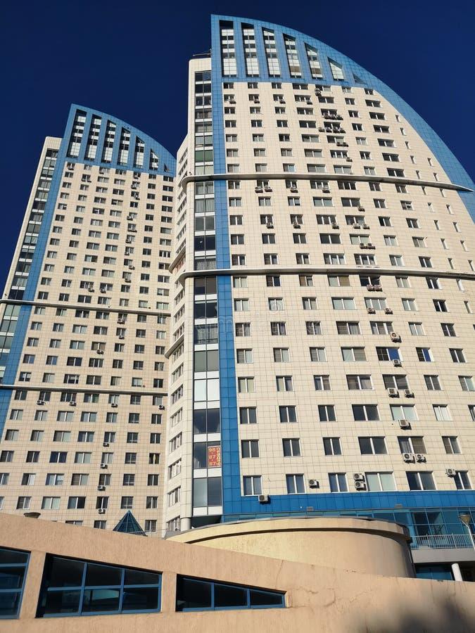 Le bâtiment situé dans le complexe résidentiel de Volgograd a appelé des voiles de Volga image stock