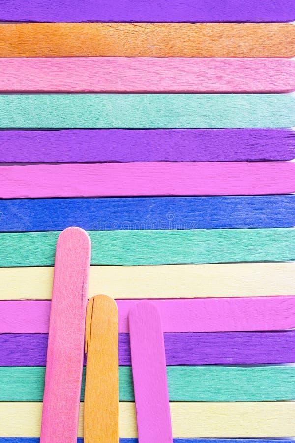 Le bâton en bois coloré de crème glacée ont des fissures images stock