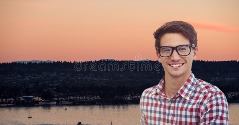 Le bärande glasögon för hipster mot landskap royaltyfria bilder
