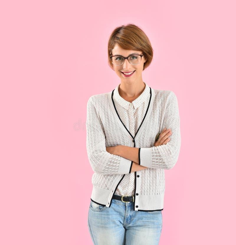 Le bärande glasögon för moderiktig flicka royaltyfria bilder
