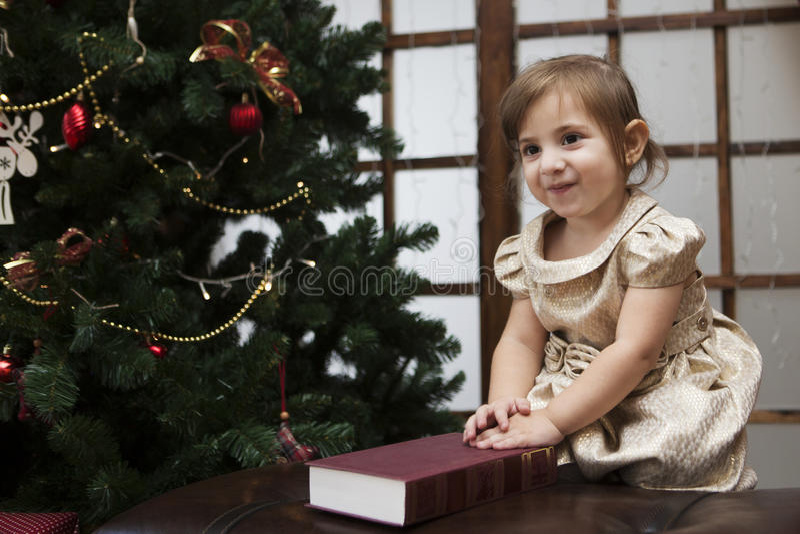 Le bébé avec le livre sur Noël photographie stock