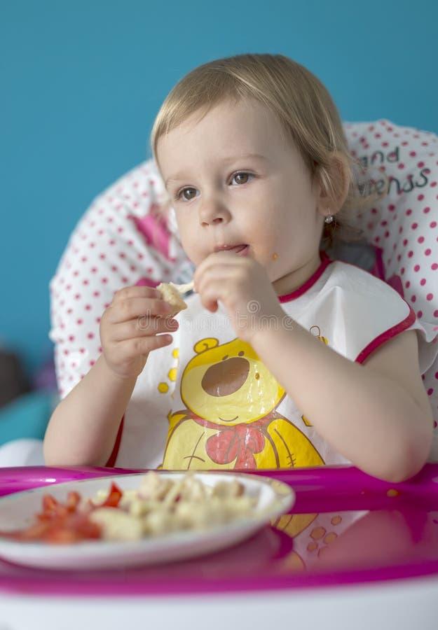 Le bébé déjeune des tomates avec du pain photos stock