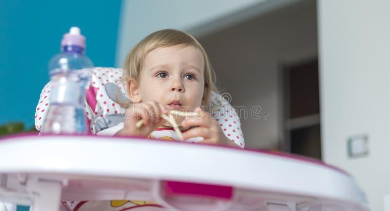 Le bébé déjeune des tomates avec du pain image libre de droits