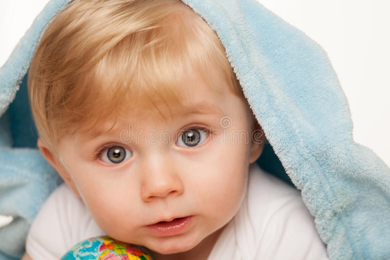 Le bébé garçon tient le petit globe dans des ses mains photographie stock libre de droits