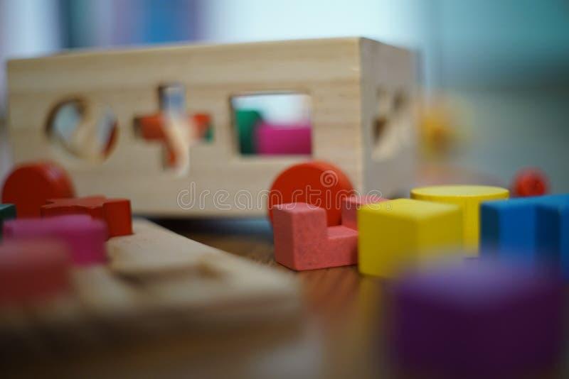 Le bébé joue les blocs en bois de puzzle photographie stock