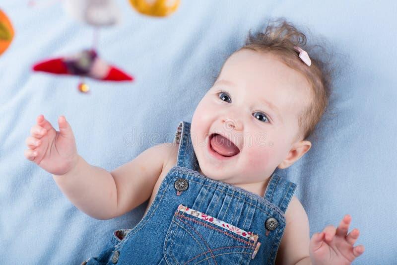 Le bébé le plus doux jouant avec un jouet mobile coloré image stock